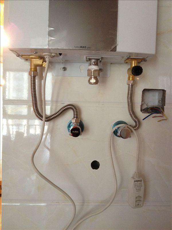 天燃气热水器烟管能否经过卫生间图片
