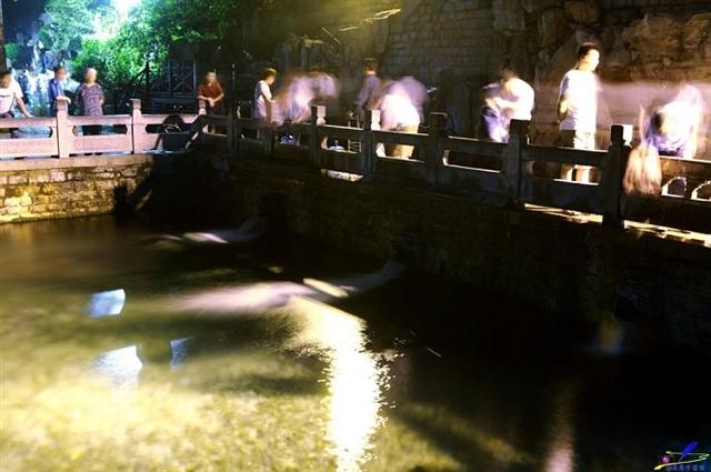 济南黑虎泉的夜色之美